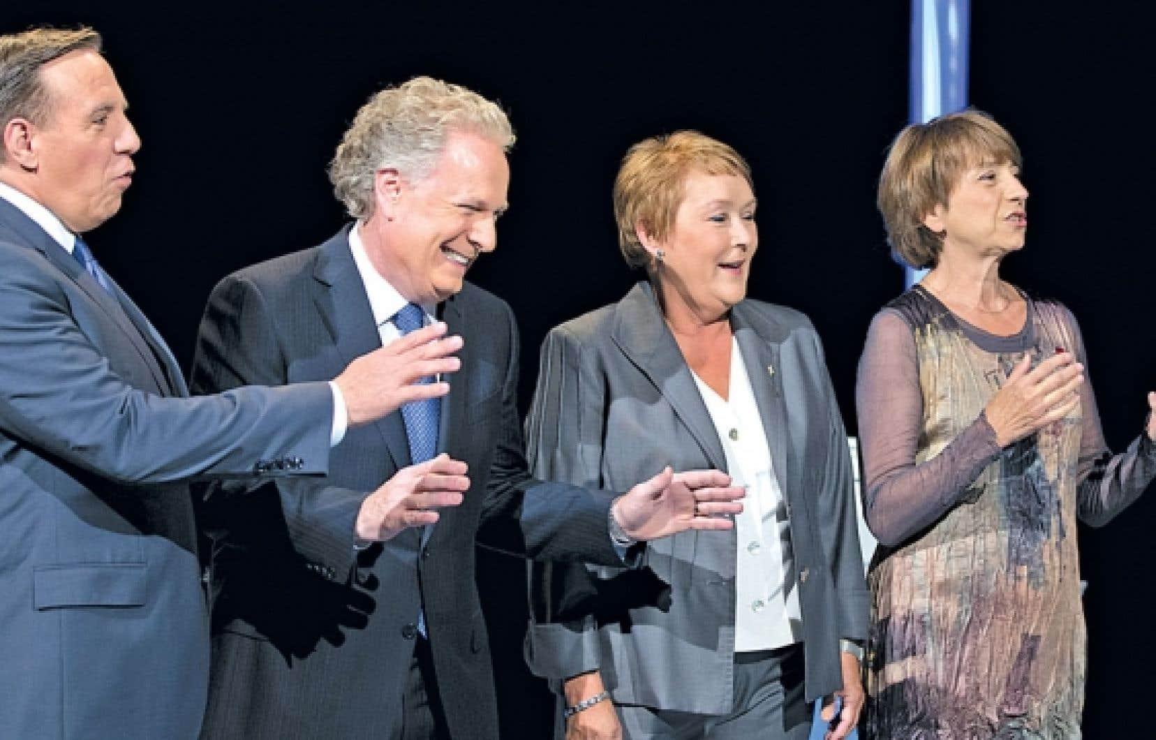 François Legault, Jean Charest, Pauline Marois et Françoise David réunis avant de croiser le fer lors du premier débat télévisé de la campagne, lundi.