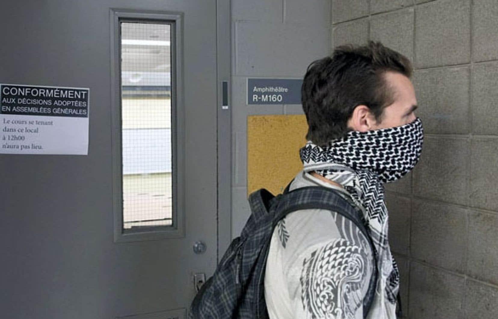 Comme lundi (notre photo), des étudiants ont arpenté mardi les corridors de l'Université du Québec à Montréal pour prévenir la tenue des cours.