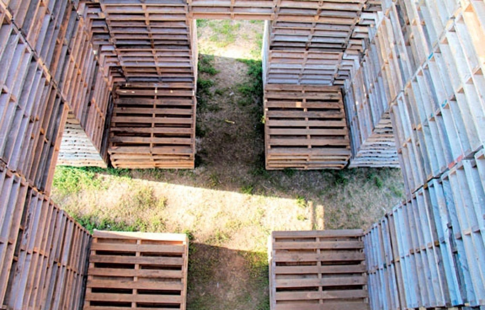 Les Escales invitent à la déambulation libre d'une station artistique à l'autre. Propice au recueillement, l'installation Forêt de Phil Allard et Justin Duchesneau (notre photo) s'installe à la place des Festivals.