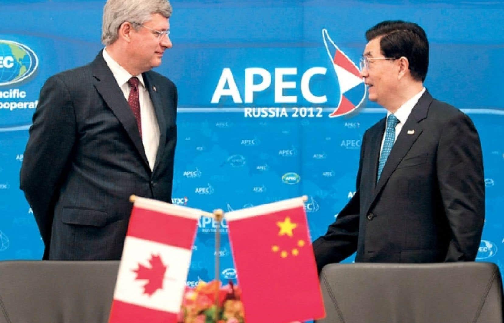 Stephen Harper et le président chinois, Hu Jintao, ont participé dimanche à la signature d'un accord sur la promotion et la protection de l'investissement étranger entre les deux pays qui vise à limiter les risques pour les Canadiens qui souhaitent investir en Chine.