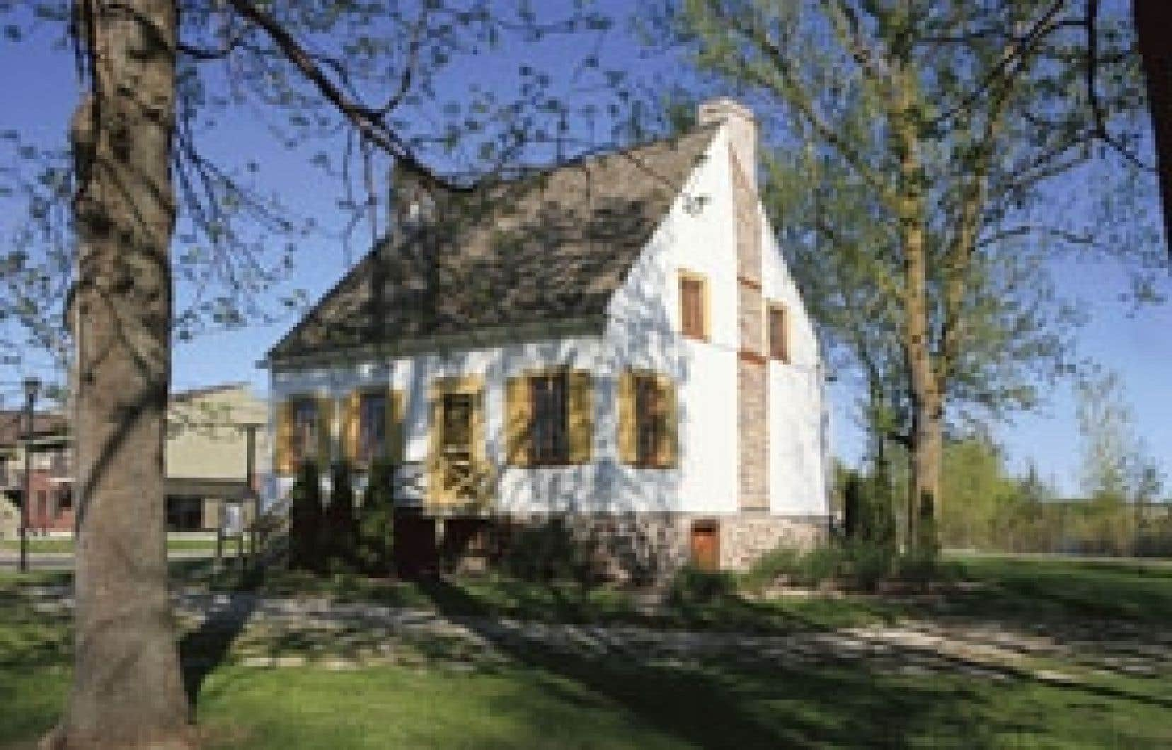 La maison Valois, un carré de pièces recouvertes de planches verticales, à la mode de la fin du XVIIIe siècle.