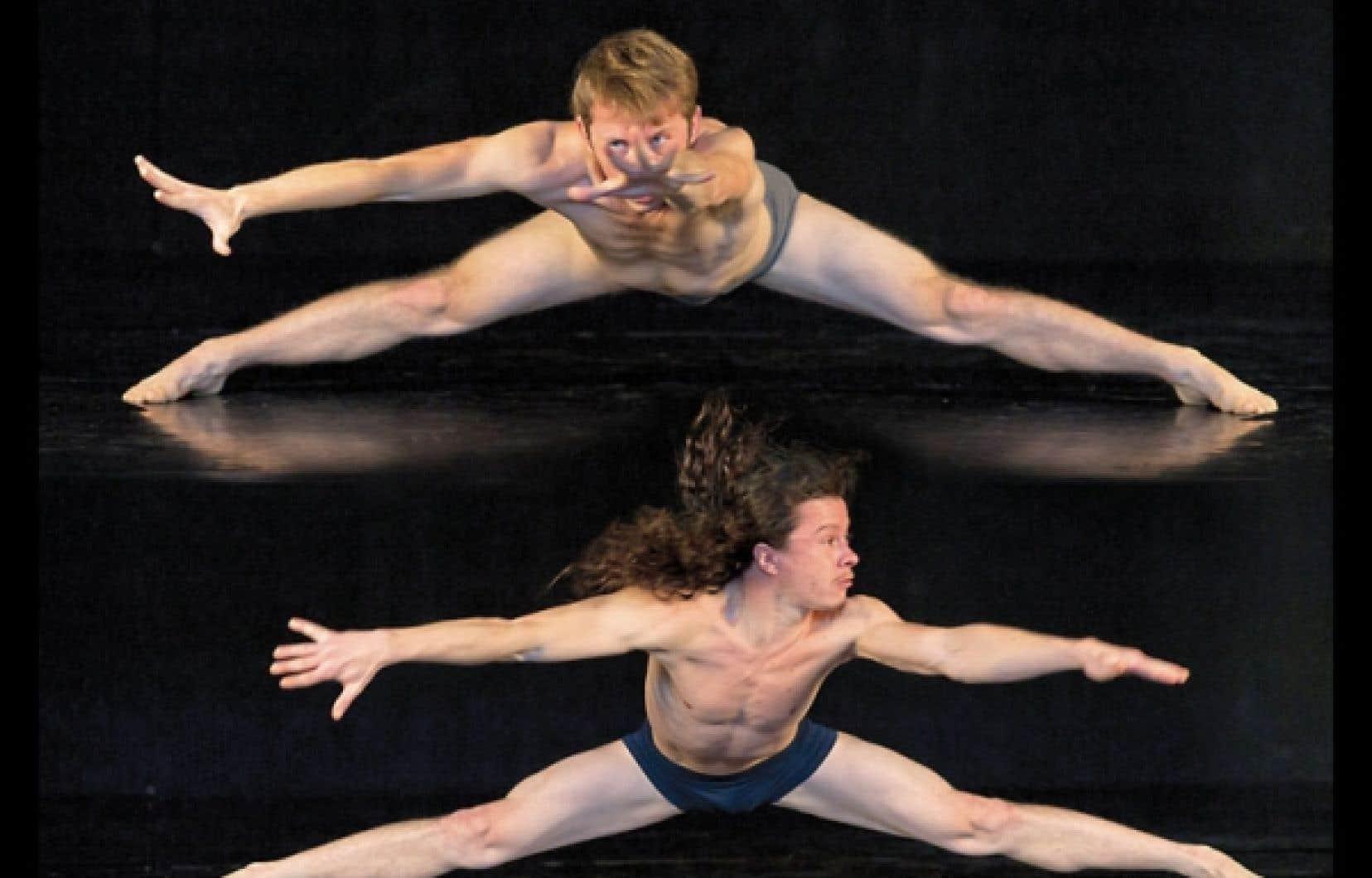 Les danseurs Justin Gionet et Gaëtan Viau dans Solitudes solo.