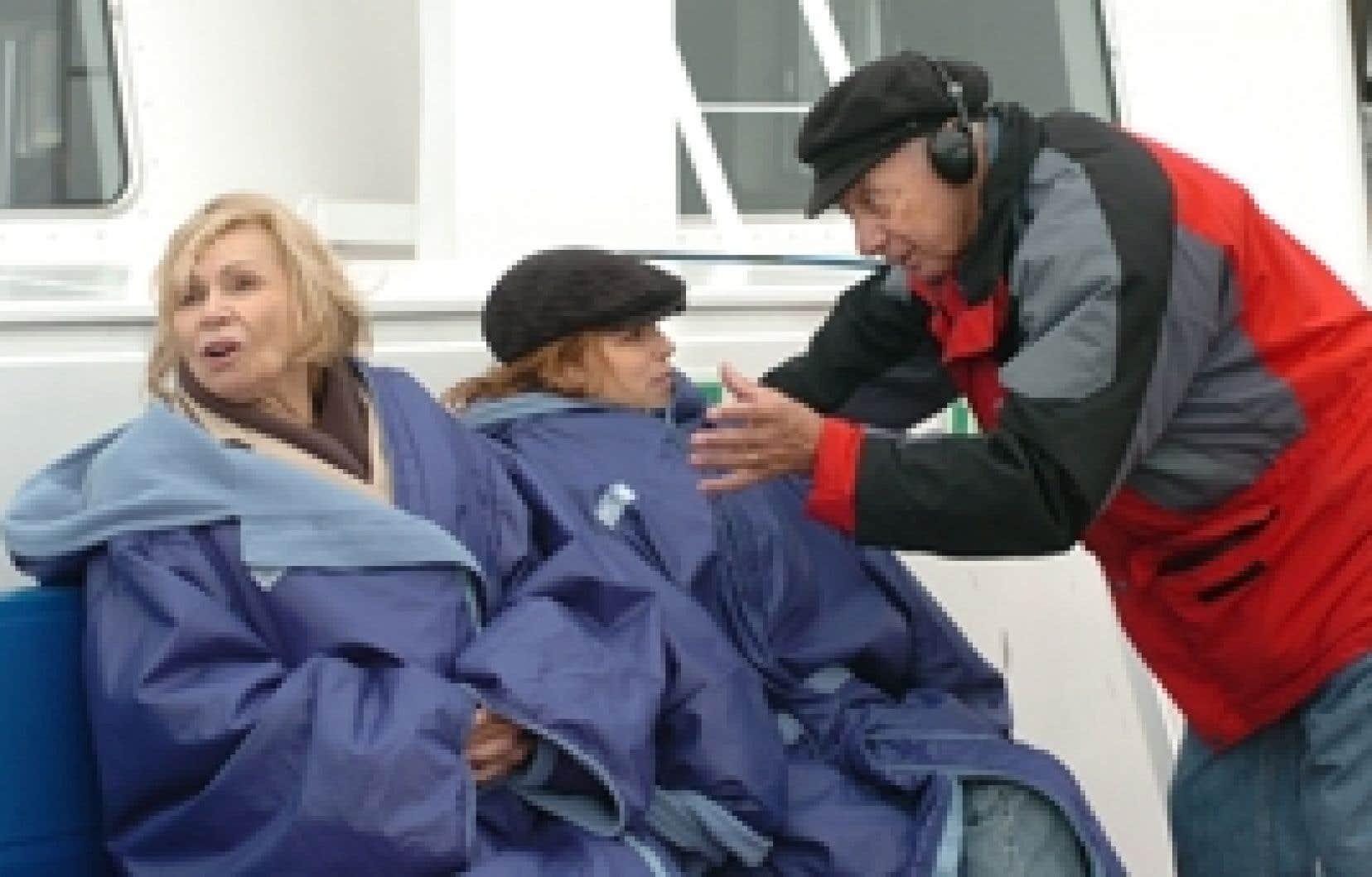 Le cinéaste Fernand Dansereau communique sa vision des choses aux actrices Monique Mercure et Suzanne Clément sur le plateau de tournage du film La Brunante.