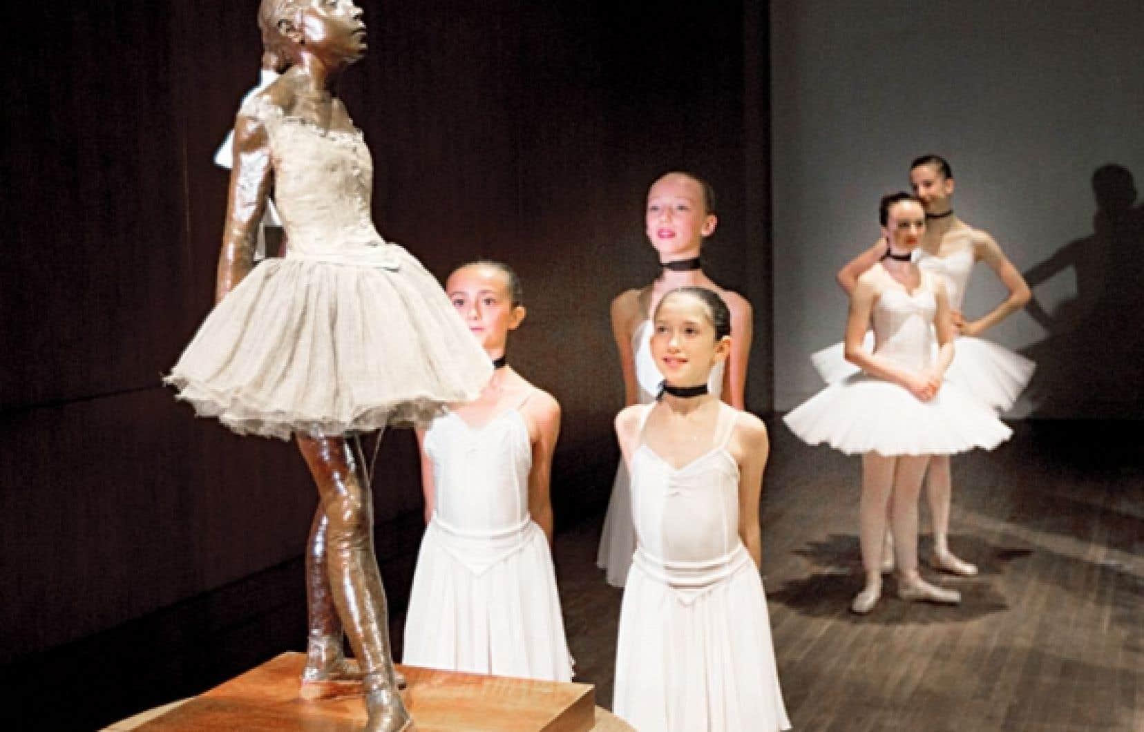 La plus célèbre sculpture de Degas a été dévoilée mardi en compagnie d'une douzaine de petites ballerines de l'l'École supérieure de ballet du Québec.