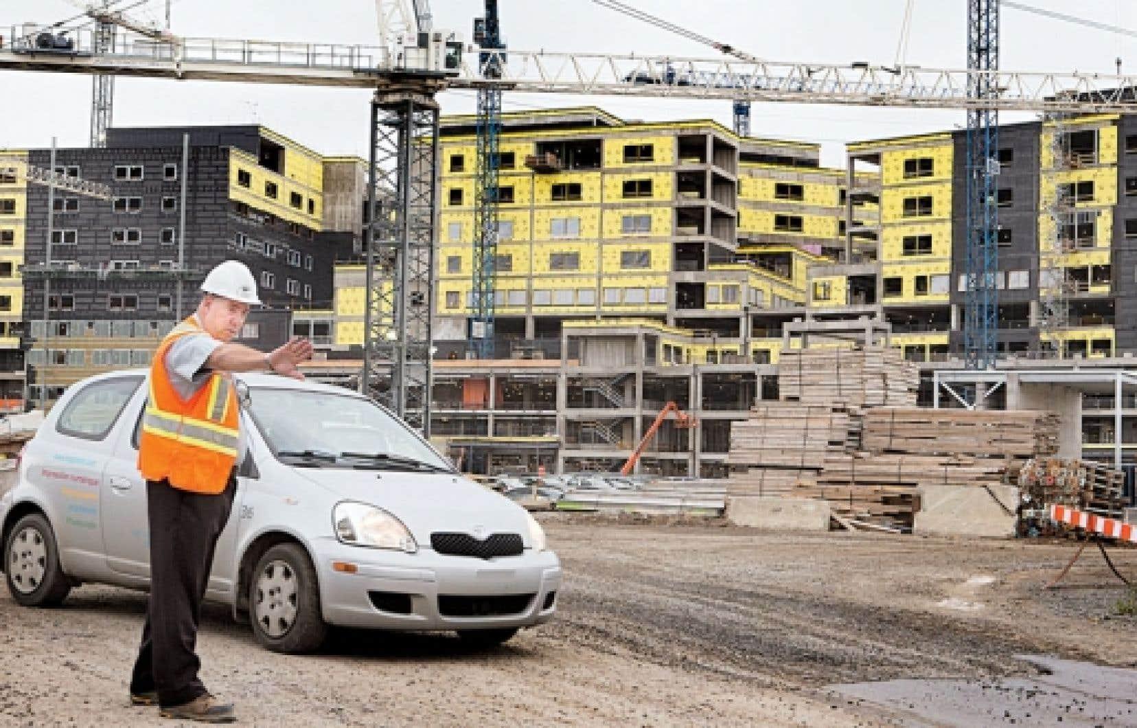 Malgré les différentes perquisitions menées par l'UPAC, sur le chantier du futur Centre universitaire de santé McGill, les travaux se poursuivaient mardi.