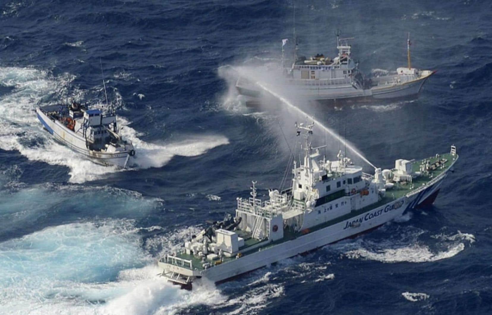 <div> Un navire de la garde côtière japonaise a aspergé d'eau des pêcheurs taïwanais hier.</div>