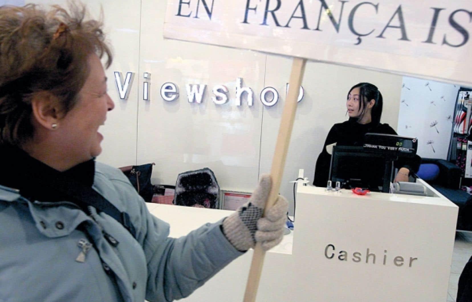 Manifestation pour un affichage en français dans les commerces de Montréal. Au Québec, la langue française est très vulnérable à partir du moment où on ne se préoccupe plus de lui donner la priorité chez nous, affirme l'auteur.