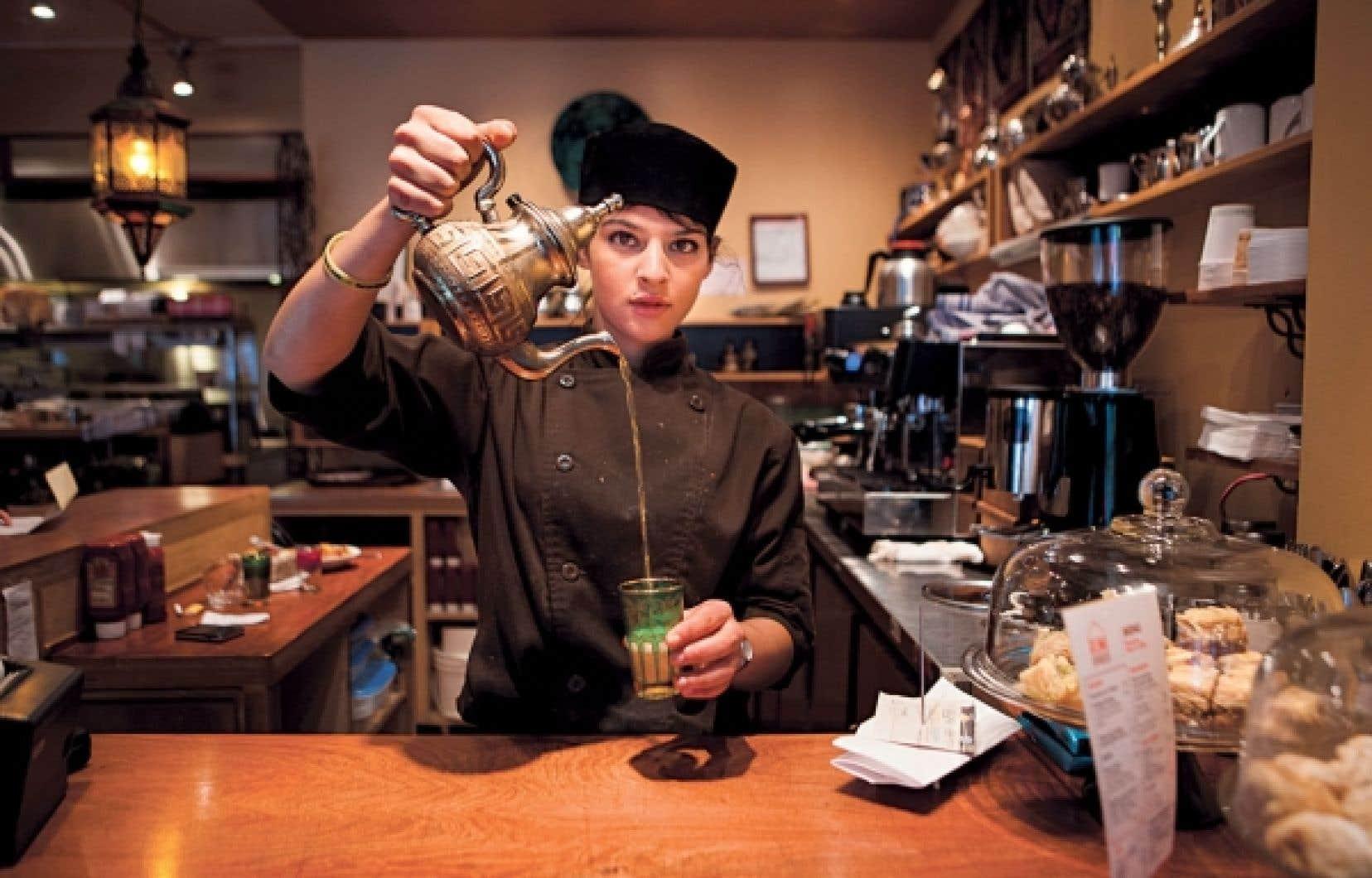 Au restaurant Rumi Express, on ne sert pas d'alcool, mais du thé à la menthe, ou noir, ainsi que des boissons gazeuses.