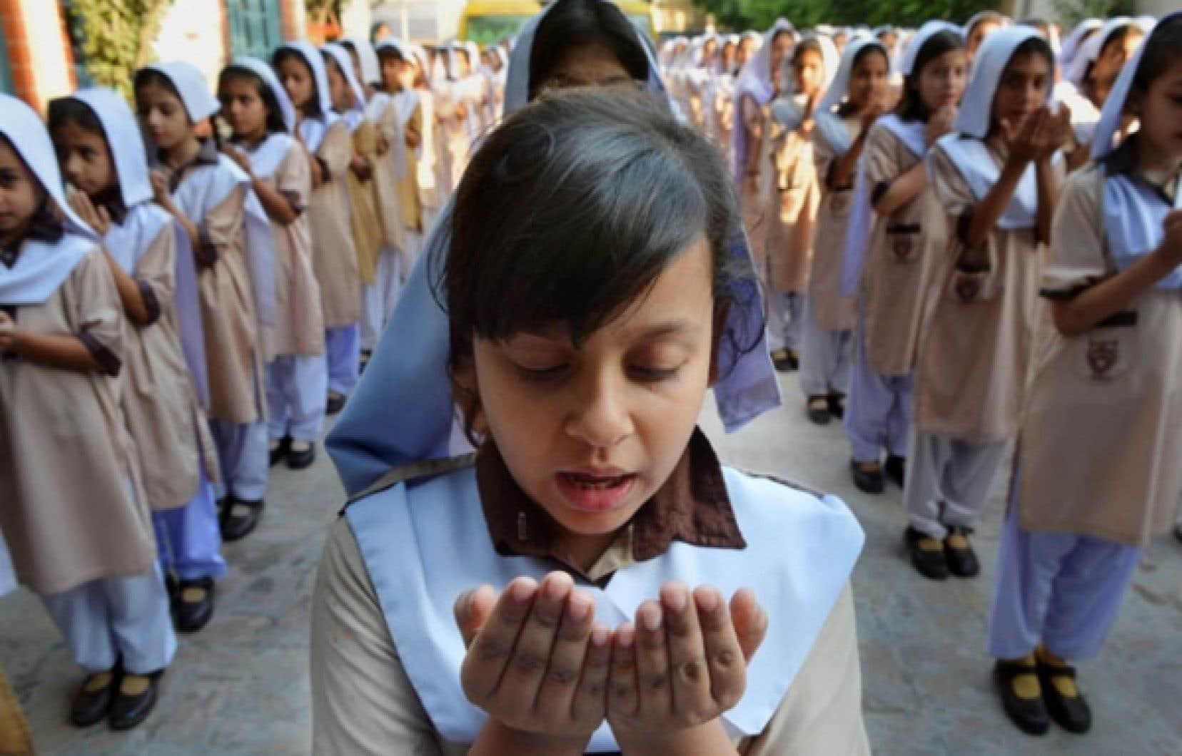 Ces écolières prient pour le rétablissement de Malala Yousafsai, qui a reçu une balle à la tête des mains des talibans locaux.