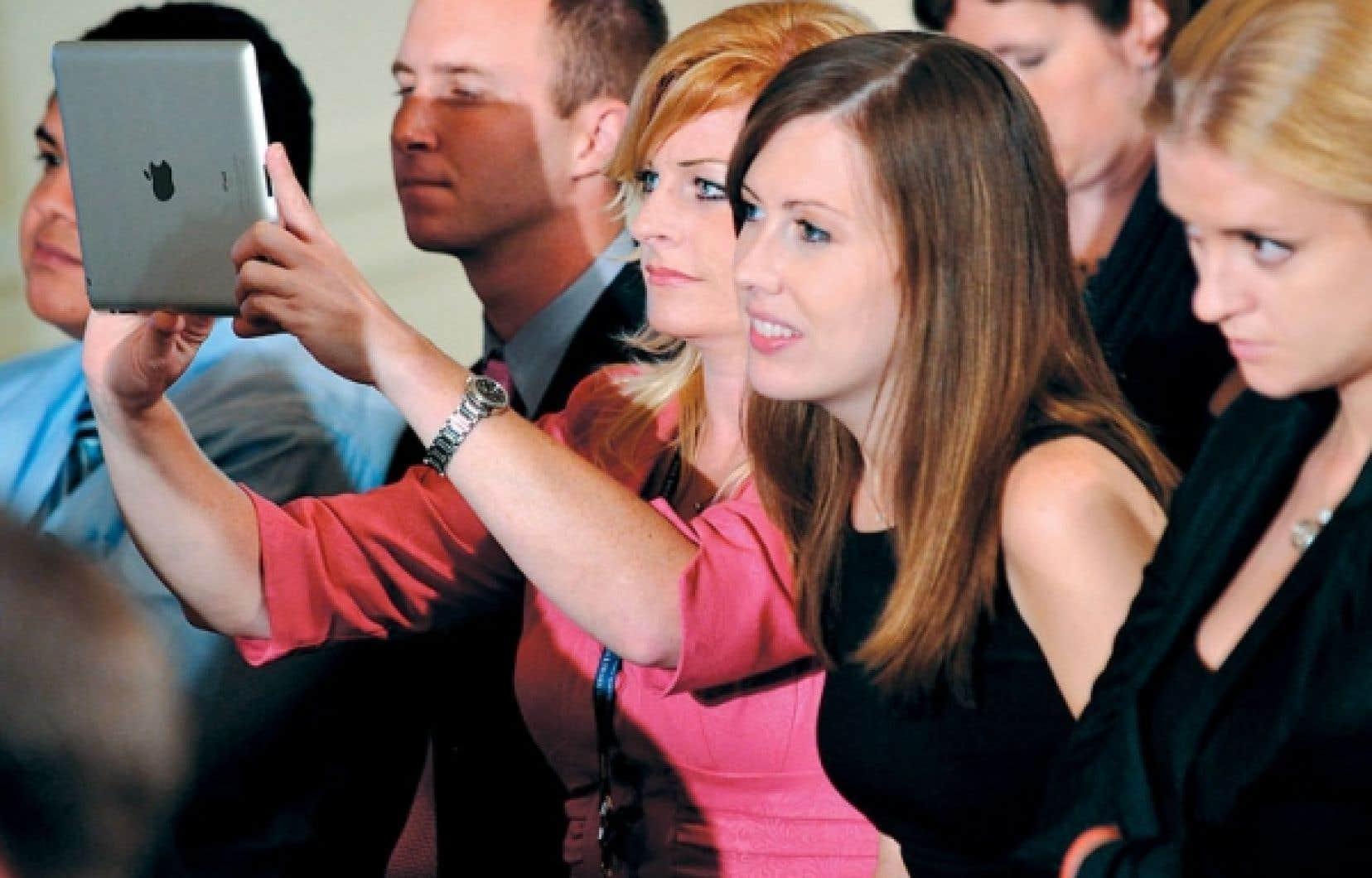 Les femmes dominent les abonnés Twitter, à hauteur de 53 %. Sur cette photo d'archives, une jeune femme participe à un « Twitter Town Hall » organisé par la Maison-Blanche, en juillet 2011.