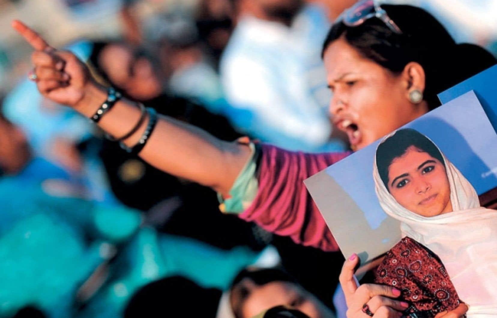 La jeune militante Malala Yousufzai a été atteinte d'une balle dans la tête lors d'une attaque perpétrée par les talibans en plein jour mardi, alors qu'elle sortait de son école.