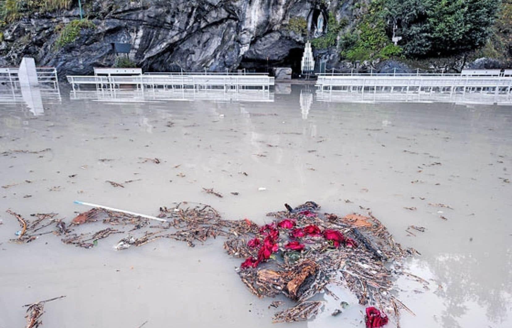 La grotte de Massabielle, où la Vierge serait apparue, était toujours inondée hier par les eaux gonflées du gave de Pau.