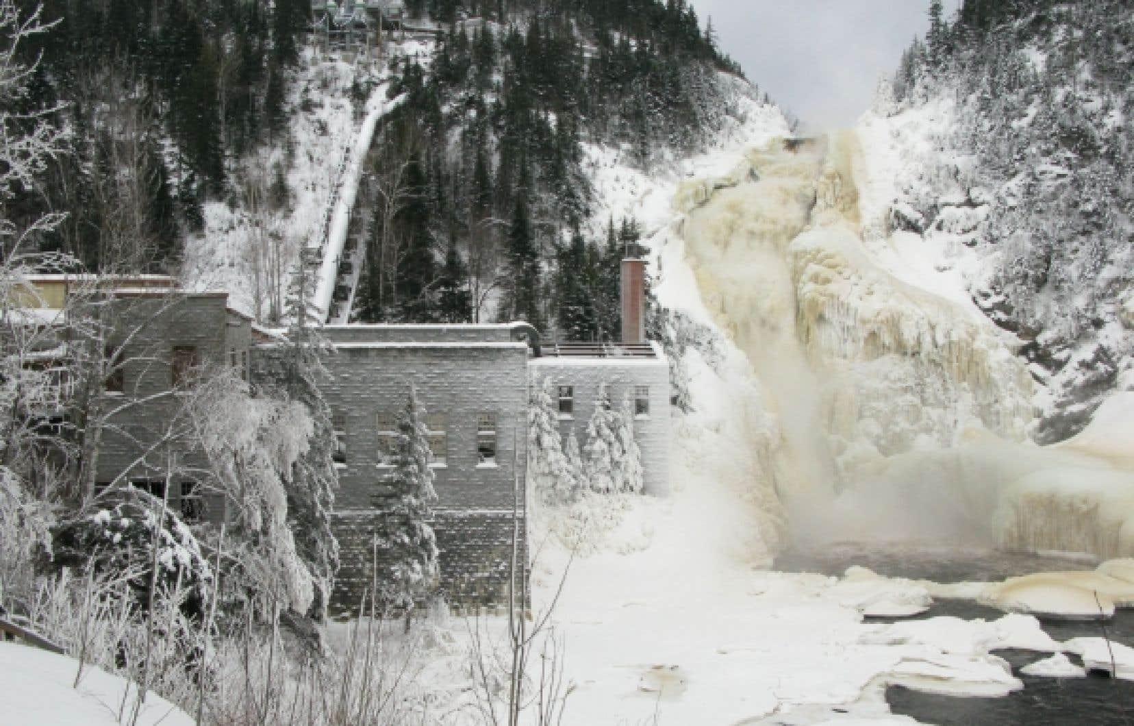 La chute Ouiatchouan, qui alimentait le moulin à pulpe du village de Val-Jalbert, semble figée dans le temps.