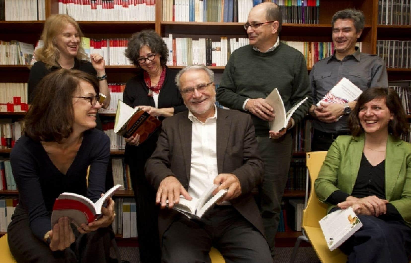 Au centre, Antoine Del Busso, éditeur des PUM, et Benoît Melançon, directeur scientifique des PUM, sont entourés de leur équipe.