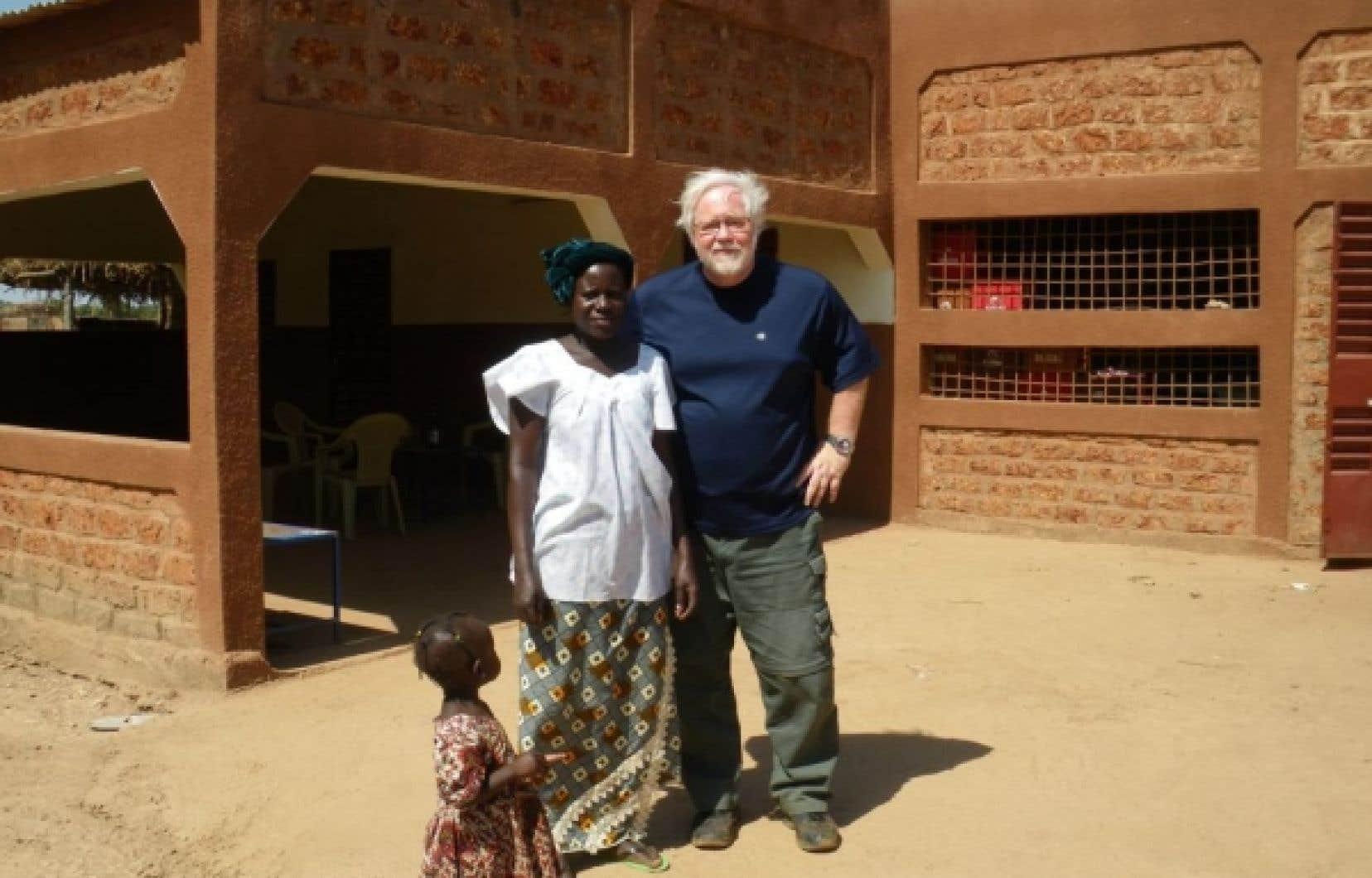 Réjean Tremblay en compagnie d'une Burkinabée.