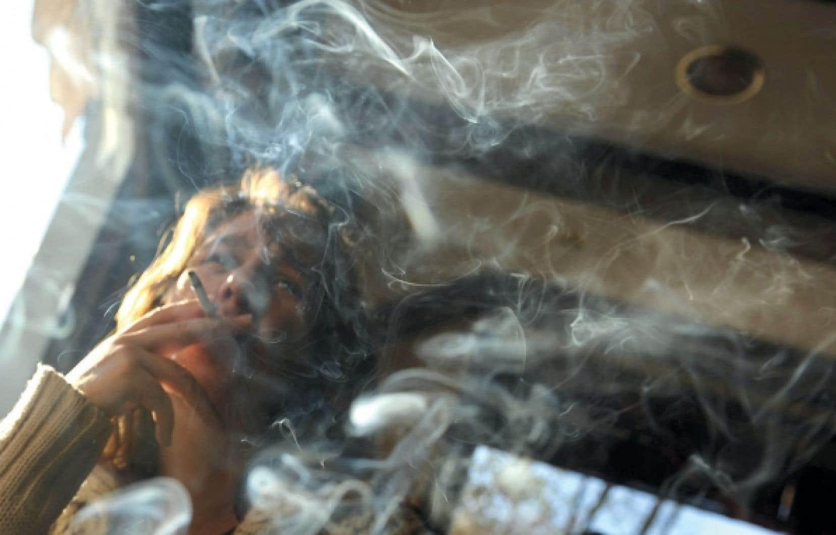 Chez les femmes, cesser de fumer avant l'âge de 40 ans allongerait l'espérance de vie d'une dizaine d'années, selon une récente étude britannique.