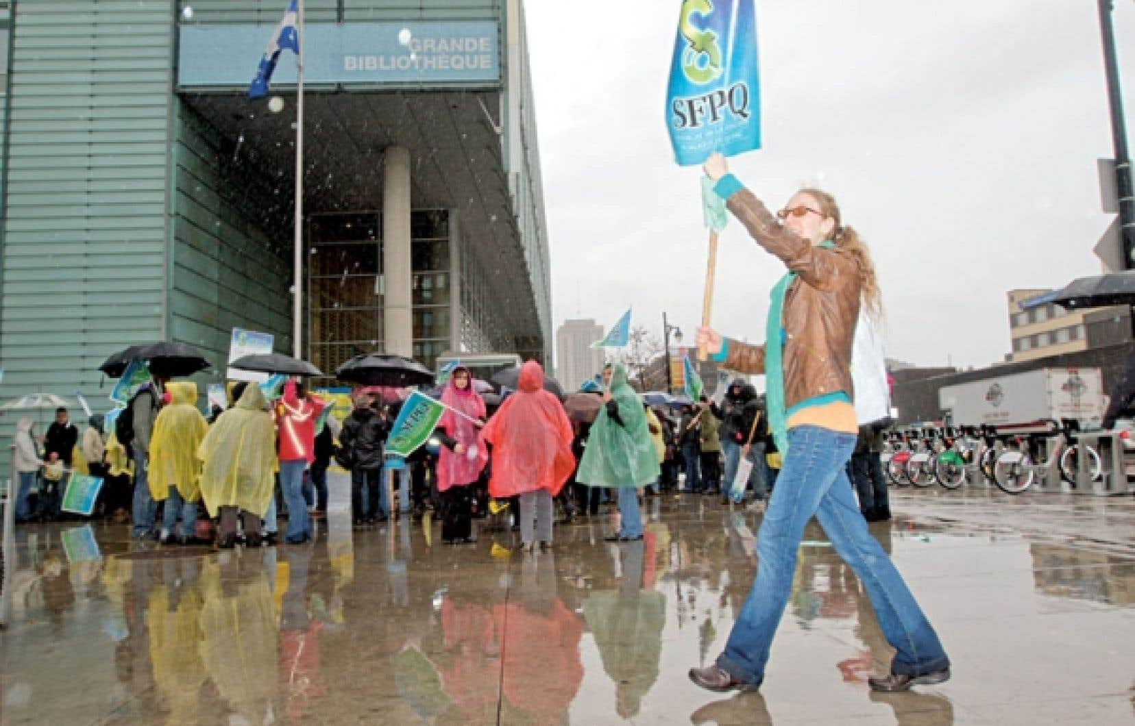 <div> Quelques centaines d'employés de BAnQ ont scandé leurs demandes et reproches envers l'employeur jusqu'à midi devant l'édifice de la rue Berri.</div>