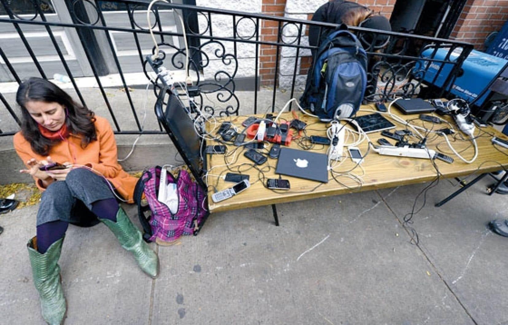Panne d'électricité oblige, les New-Yorkais doivent se rabattre sur des générateurs pour recharger leurs ordinateurs et leurs téléphones portables.