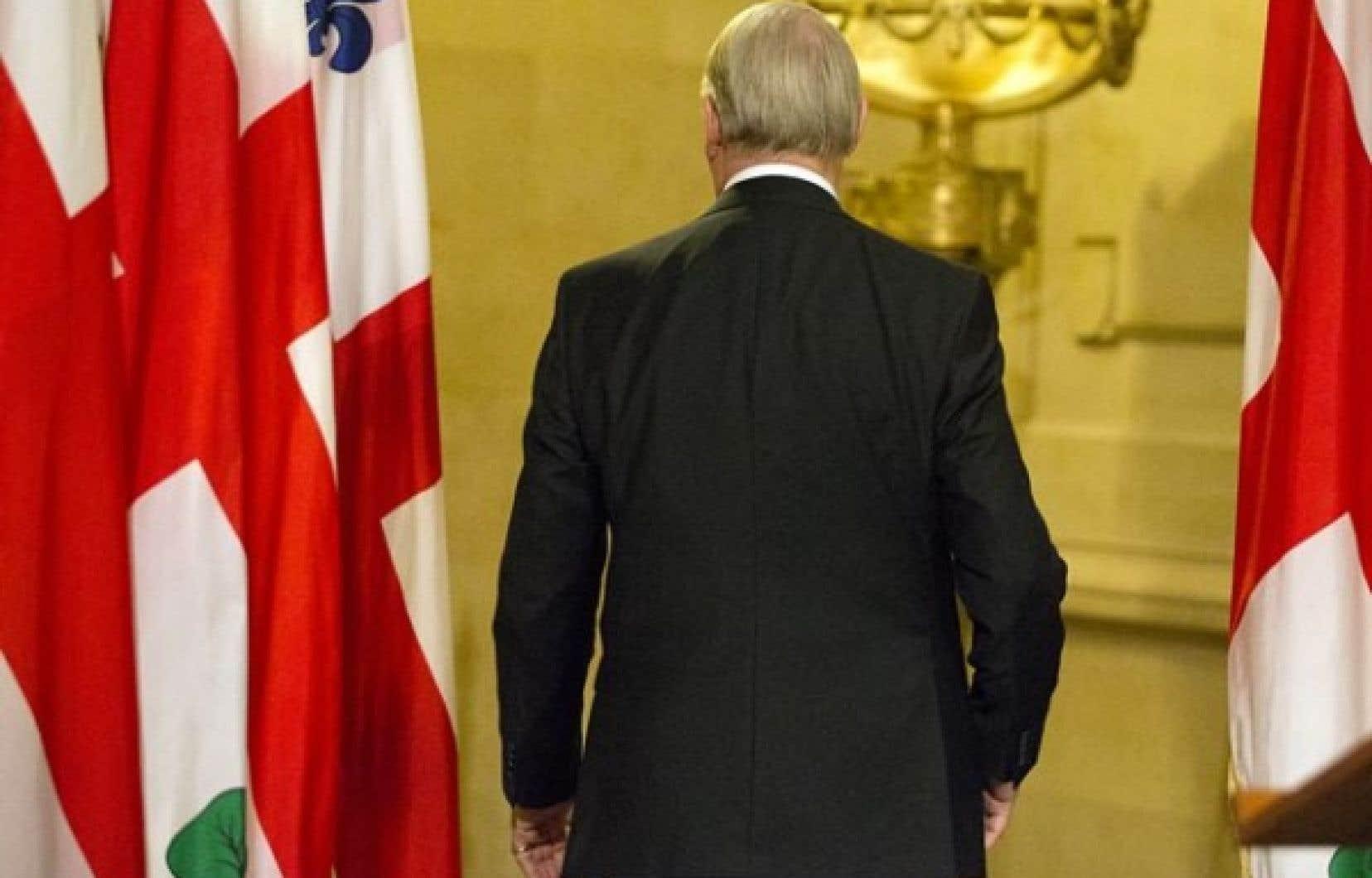 Le maire de Montréal, Gérald Tremblay, tournant le dos aux journalistes après avoir annoncé, lundi soir, qu'il renonçait à la vie politique.