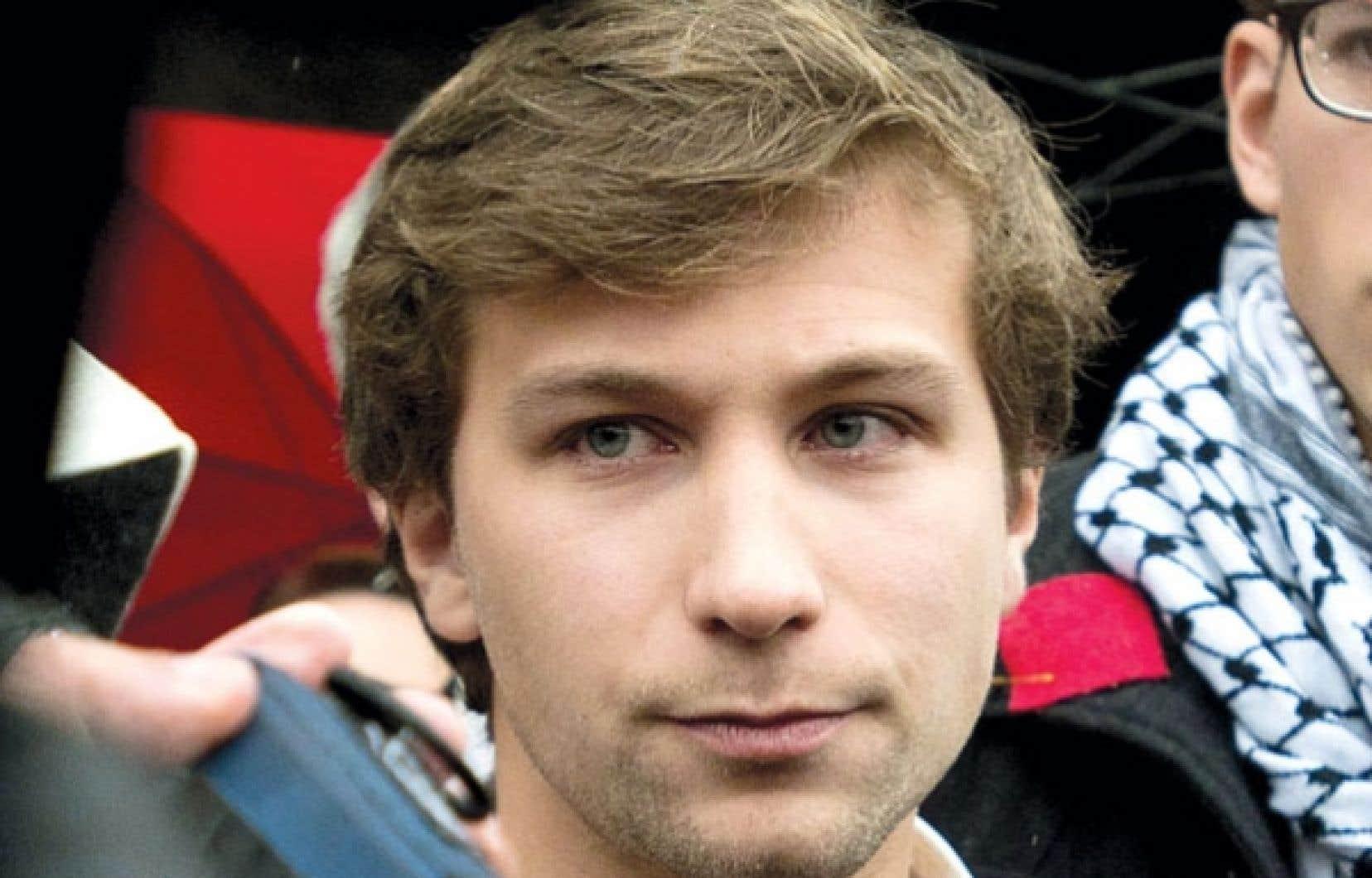 Gabriel Nadeau-Dubois s'adresse aux journalistes après une rencontre avec son avocat le 2 novembre. La veille, l'ex-leader de la CLASSE avait été reconnu coupable d'outrage au tribunal pour des propos tenus dans le cadre du conflit étudiant.