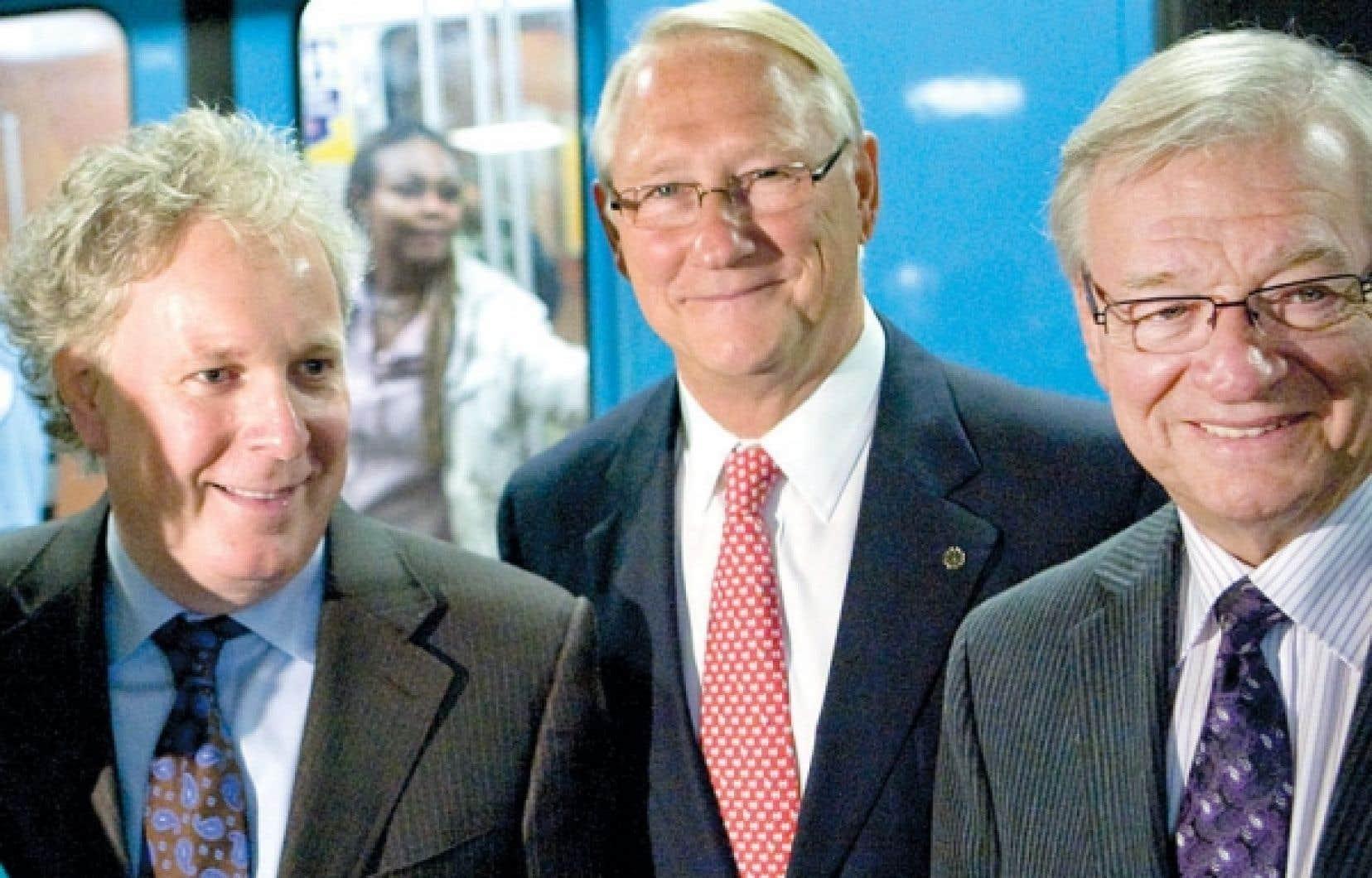 <div> Gilles Vaillancourt est la cible d&rsquo;une enqu&ecirc;te sans pr&eacute;c&eacute;dent de l&#39;UPAC. Ci-dessus, le maire d&eacute;missionnaire de Laval pose en compagnie de G&eacute;rald Tremblay et Jean Charest, le 16 septembre 2009.</div>