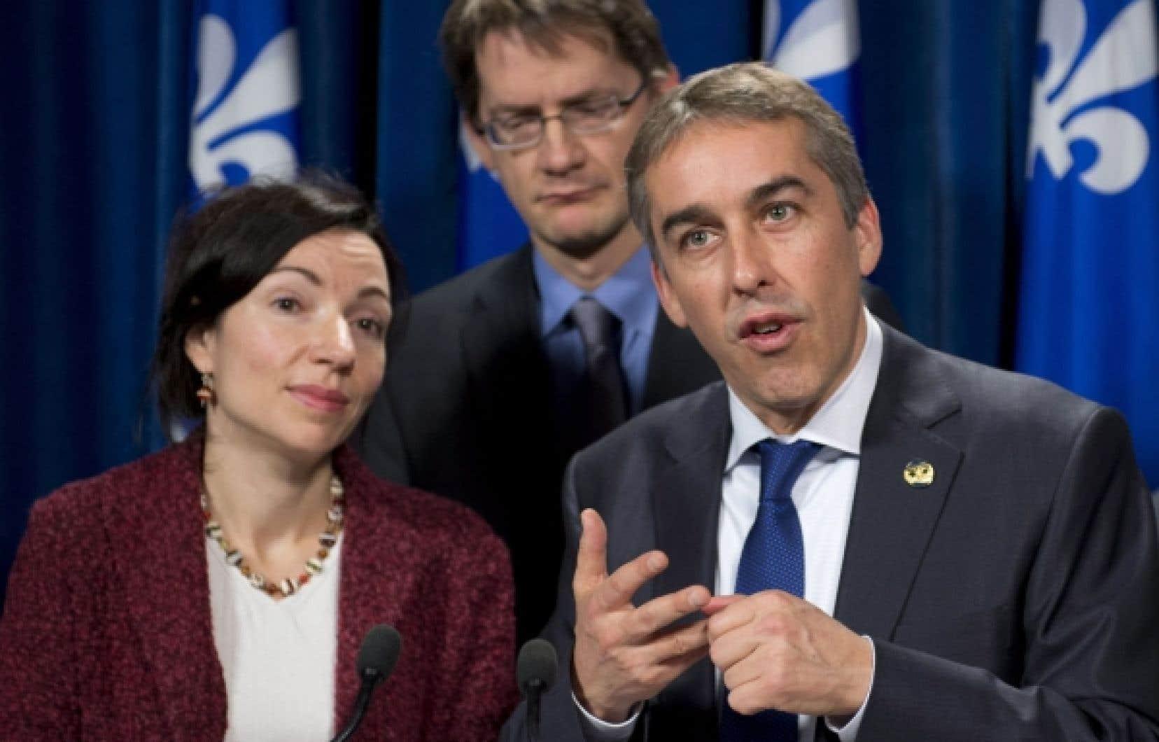 Le ministre québécois des Finances, Nicolas Marceau, a répondu aux questions de la presse au sujet de la renégociation de l'entente sur la construction de la route 167. À ses côtés, la ministre des Ressources naturelles, Martine Ouellet, et le ministre des Transports, Sylvain Gaudreault.