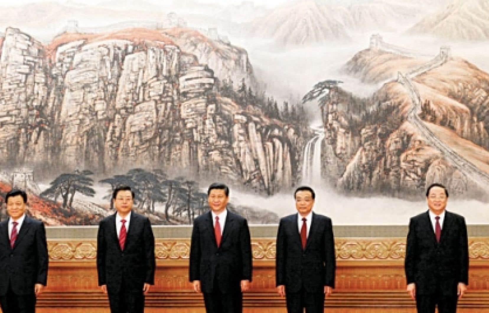 Le comité permanent du Bureau politique du PCC est passé de neuf à sept membres, dont Xi Jinping (au centre).