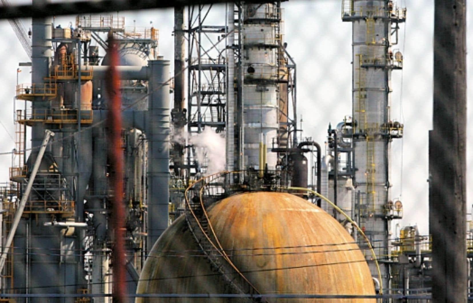 Les pétrolières s'intéressent beaucoup au pipeline qui se rend à la raffinerie de Suncor à Montréal.