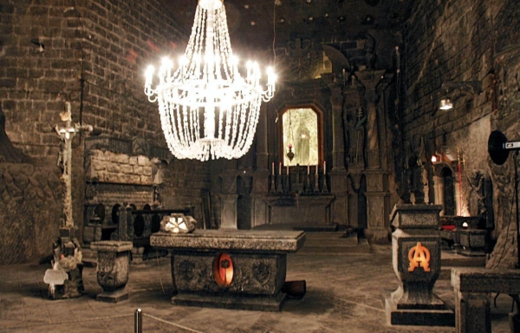 La chapelle Sainte-Kinga, à 101 mètres de profondeur, a été fondée en 1896 dans un endroit formé après l'extraction d'un énorme bloc de sel vert.