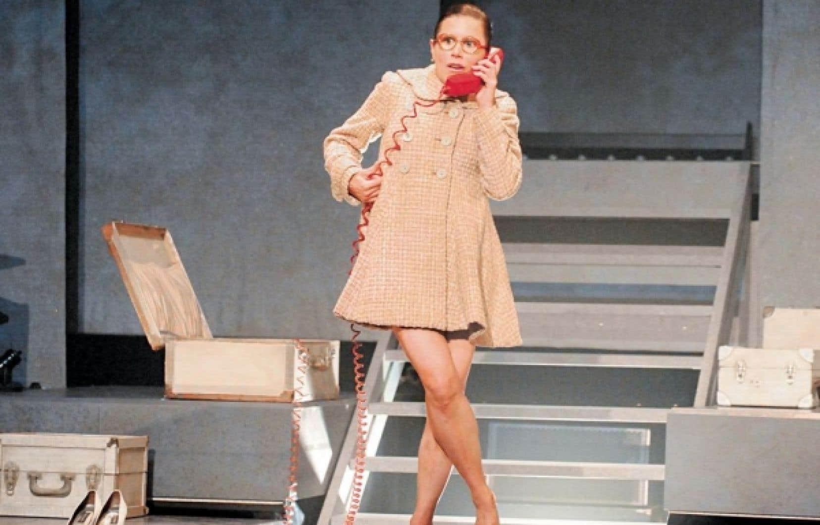 Dans La démesure d'une 32A, la comédienne Pascale Montpetit est caméléonesque à souhait.