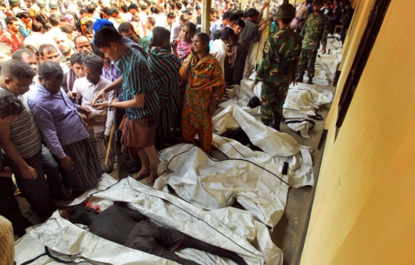 Les cadavres des victimes qui ont péri dans l'incendie de l'usine sont alignés dans les rues de Savar, près de Dacca, au Bangladesh.