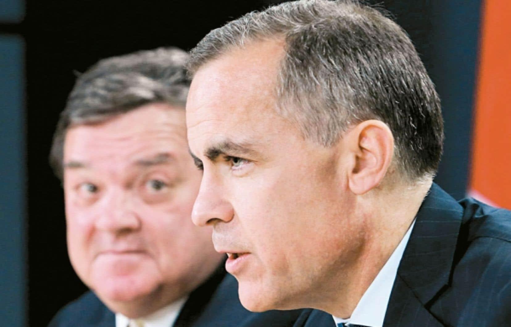 Véritable star de la finance internationale, le gouverneur de la Banque centrale du Canada, Mark Carney (en avant-plan), a décidé de plier bagage et de s'installer au cœur de la City, à Londres, où il jouera le même rôle, mais auprès de la Banque centrale d'Angleterre. Le ministre des Finances, Jim Flaherty (en arrière-plan), a soutenu lundi que le recrutement de M. Carney démontre que le Canada est un modèle de gestion pour le reste du monde.