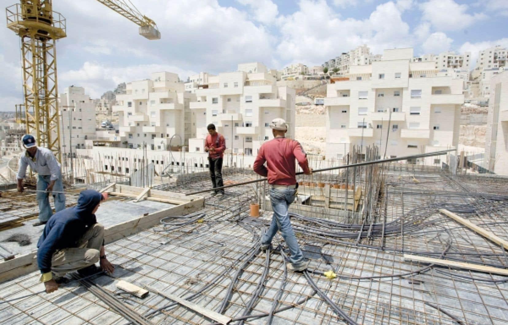 Des ouvriers palestiniens travaillant sur un complexe d'habitation dans une colonie israélienne à Jérusalem-Est