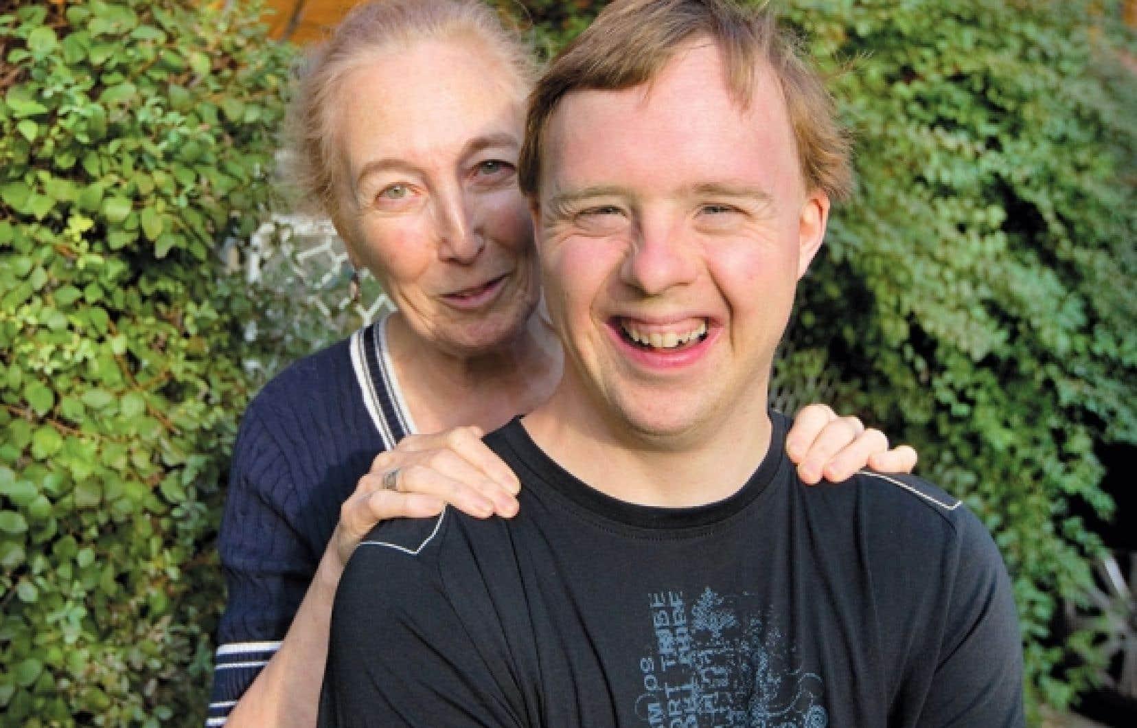Les femmes enceintes se voient systématiquement proposer un test de dépistage de la trisomie 21. Pour la Journée internationale des personnes handicapées, l'auteure - et mère - dénonce le discours négatif autour de la maladie chromosomique. Ci-dessus, Monique Hennebert et son fils Carl, atteint de trisomie.