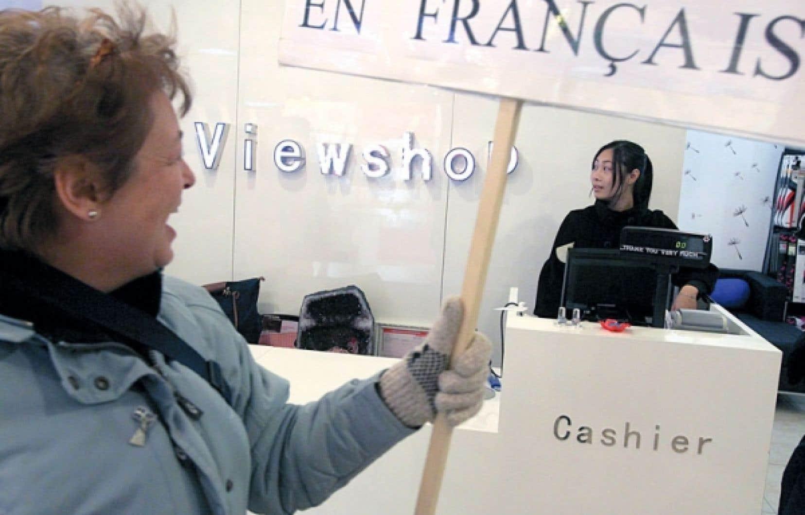 Manifestation pour un service en français dans les commerces de Montréal. Selon la ministre Diane De Courcy, Montréal et sa banlieue sont retombés « sur la pente de l'anglicisation » et il y existe un « déséquilibre linguistique ».