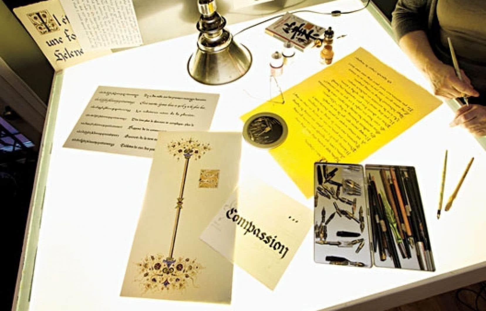 <div> La table lumineuse, le bureau de travail de la calligraphe Marieke Lemieux. </div>