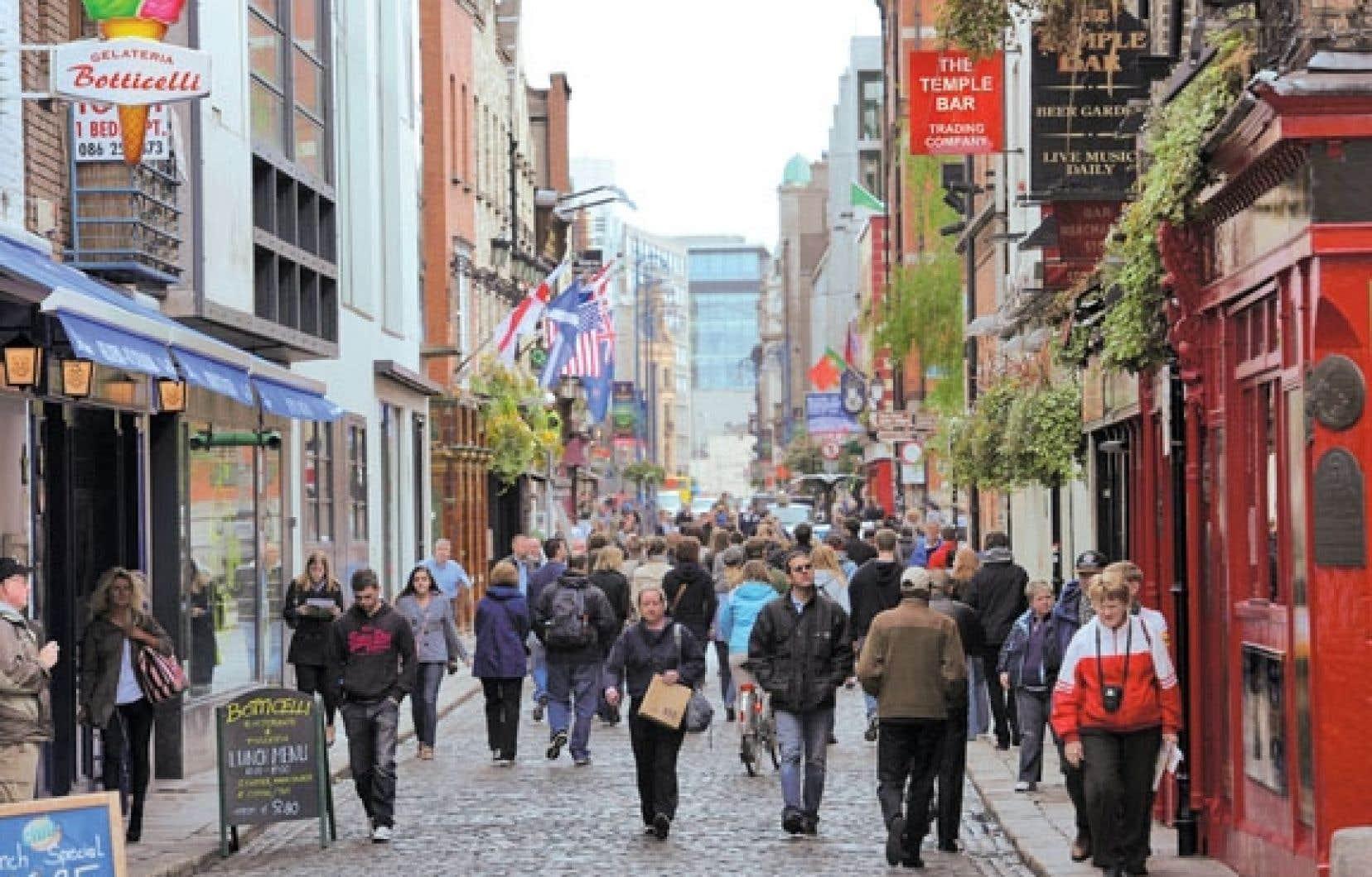 Dans Temple Bar, le quartier historique de Dublin, les musiciens sortent des pubs pour animer les rues, de jour comme de soir.