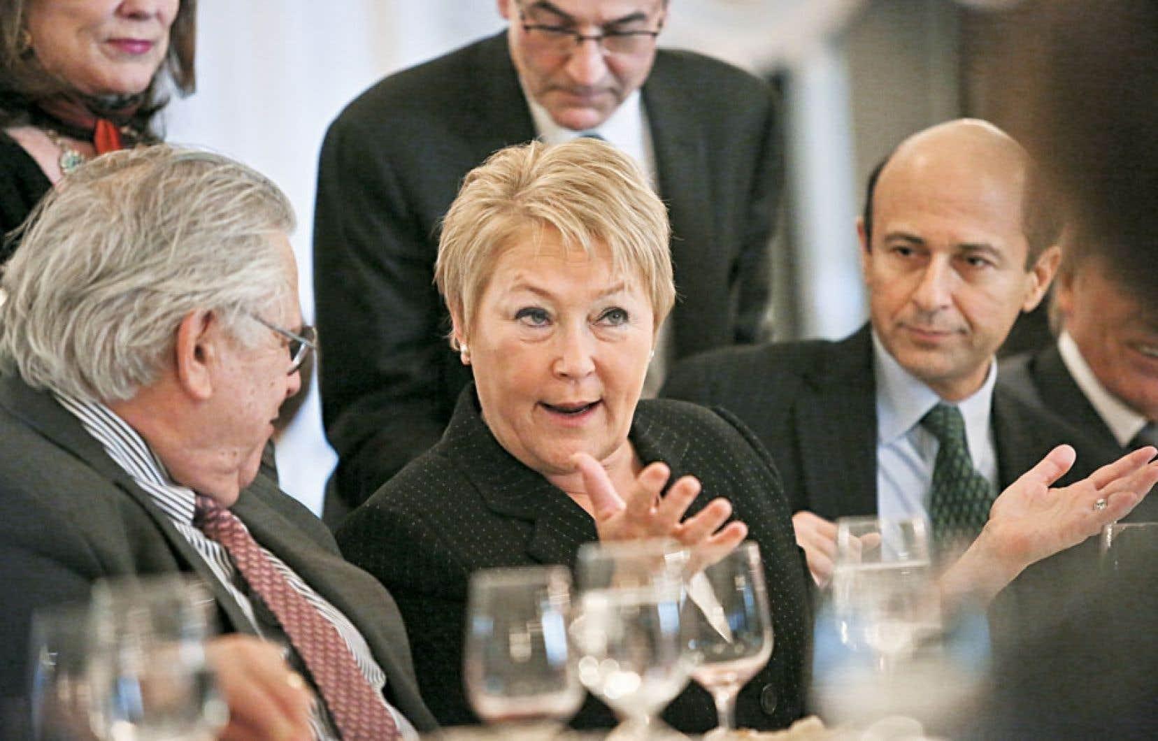 La première ministre du Québec, Pauline Marois, discute avec le vice-président de la Foreign Policy Association, Robert Miller (à gauche), et le président de l'organisme, Noel Lateef (à droite), avant son allocution.