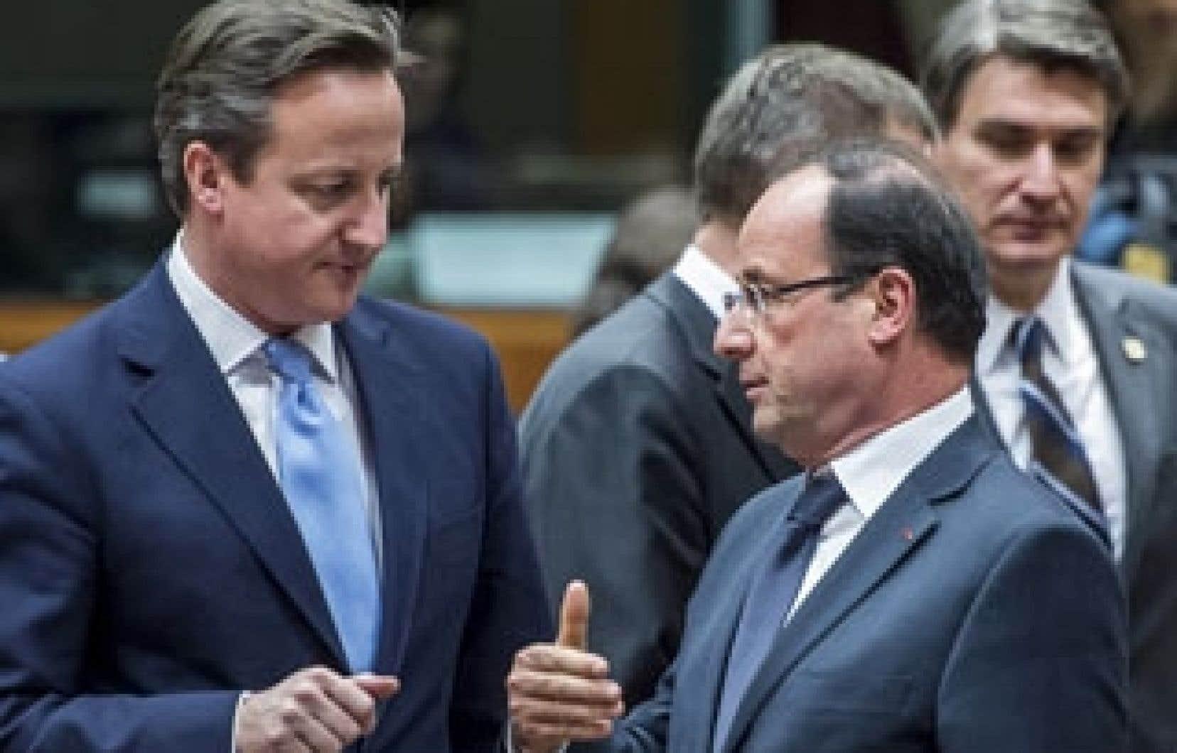 <div> BdeV: Le premier ministre britannique David Cameron en discussion avec son homologue français, François Hollande. La zone euro va débloquer pour la Grèce 49,1 milliards d'euros d'ici fin mars via son fonds de secours, dont 34,3 milliards versés dès la semaine prochaine.</div>