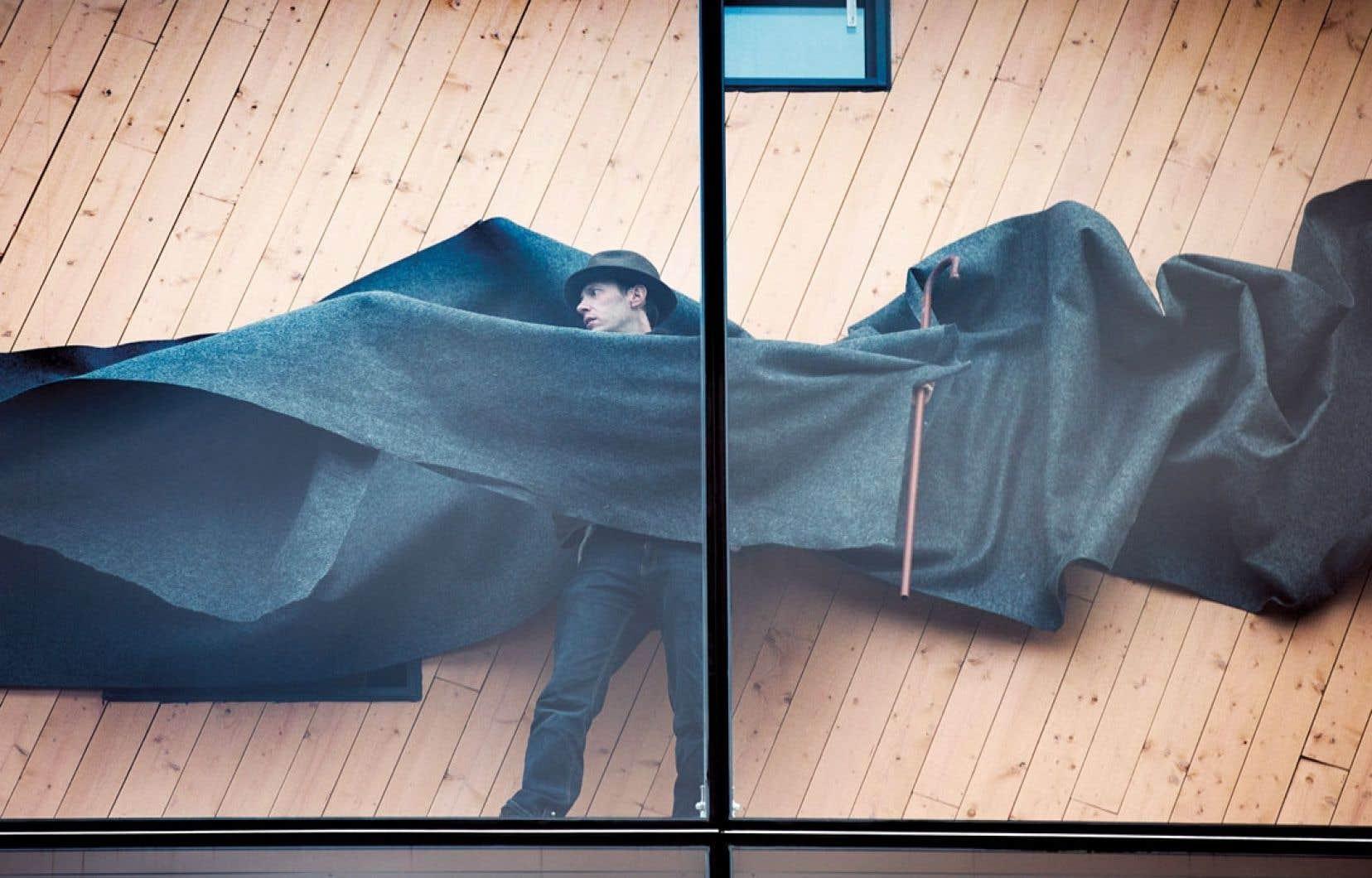 Thierry Marceau incarne l'artiste mythique de la performance, Joseph Beuys, dans une série de tableaux vivants pour la vitrine du 2-22.