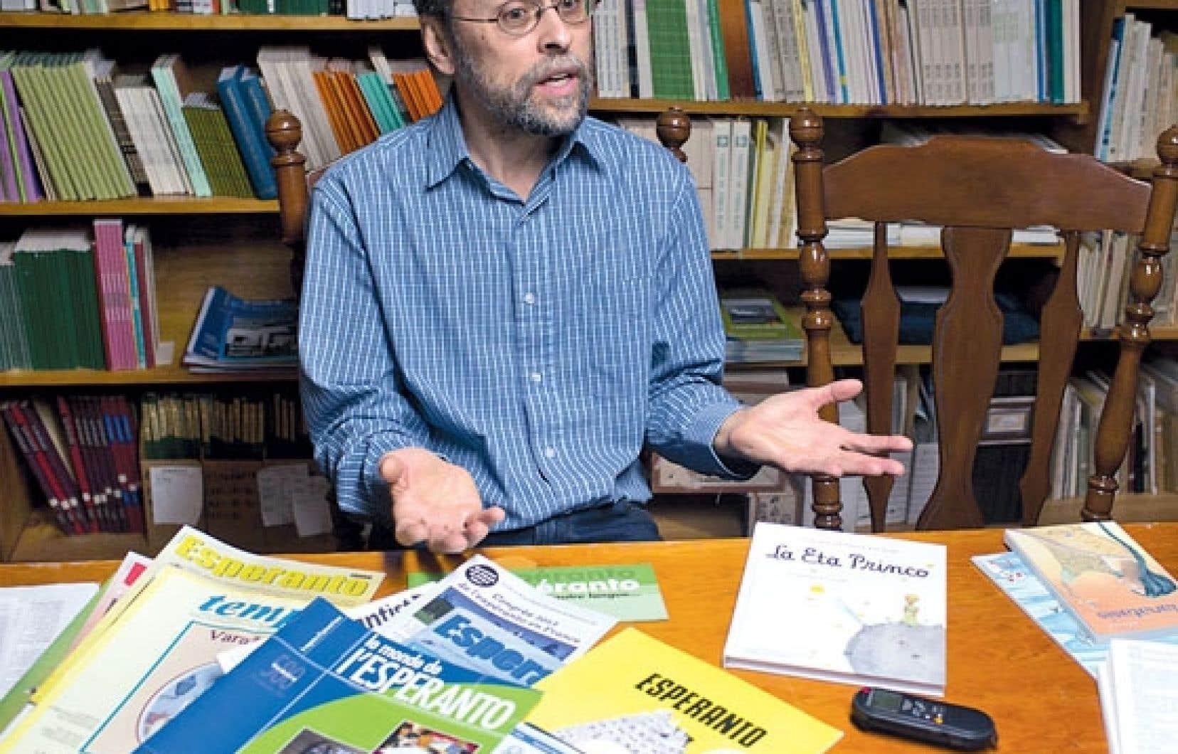 Normand Fleury, président de la Société québécoise d'espéranto, a réuni chez lui une bibliothèque d'ouvrages publiés dans cette langue.