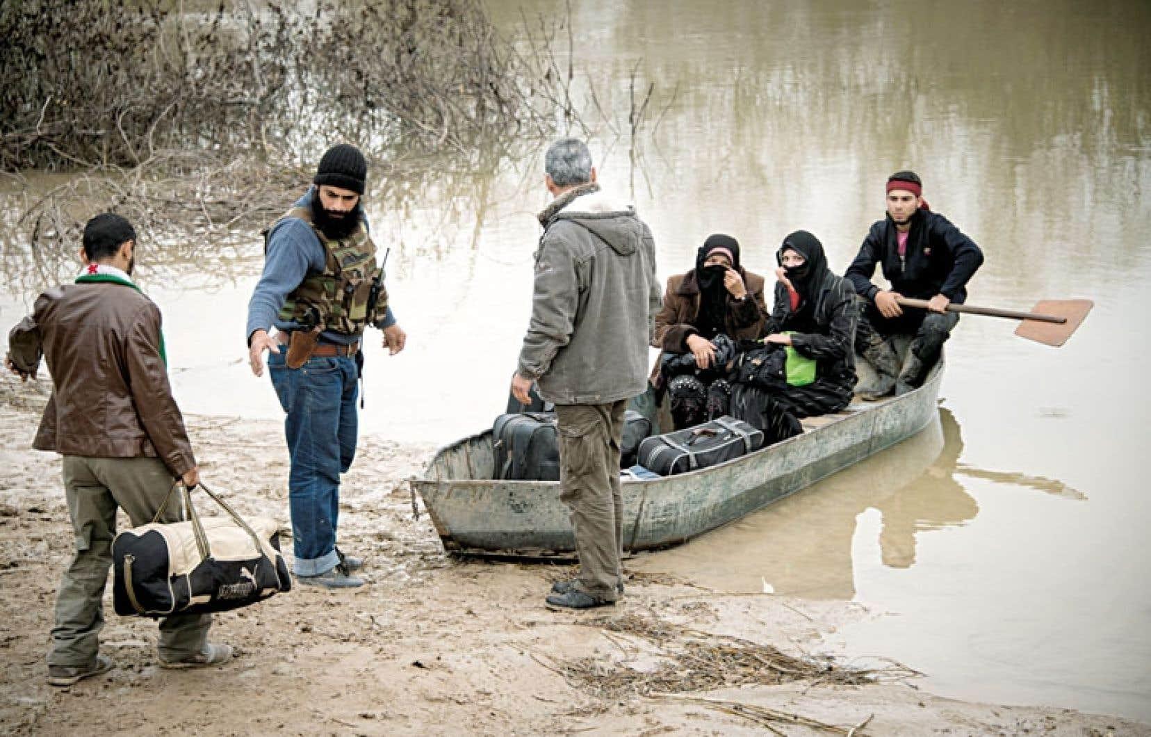 <div> Des ressortissants syriens fuient la violence en traversant l'Oronte, le fleuve qui sépare leur pays de la Turquie.</div>