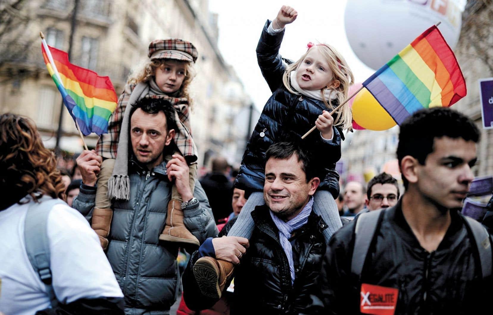 <div> Deux hommes tenant leur fille sur leurs épaules ont pris part à la manifestation, dimanche, à Paris.</div>