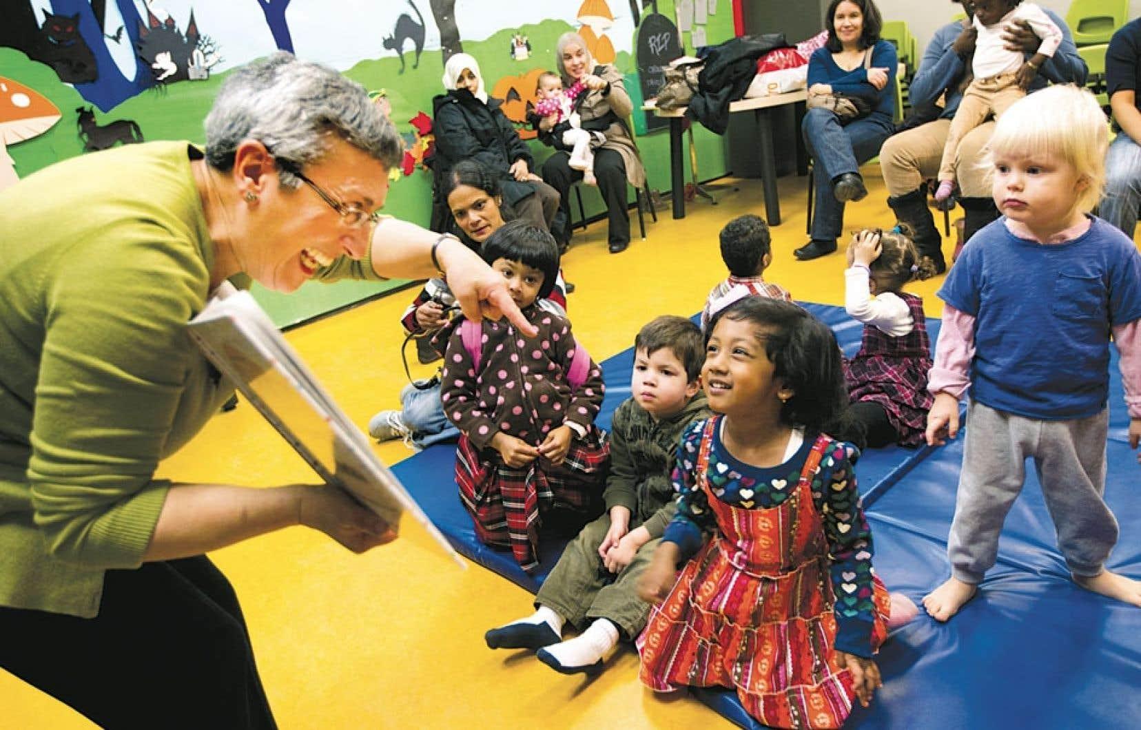 Des enfants et leur animatrice durant L'heure du conte, à la bibliothèque de Parc-Extension, à Montréal.