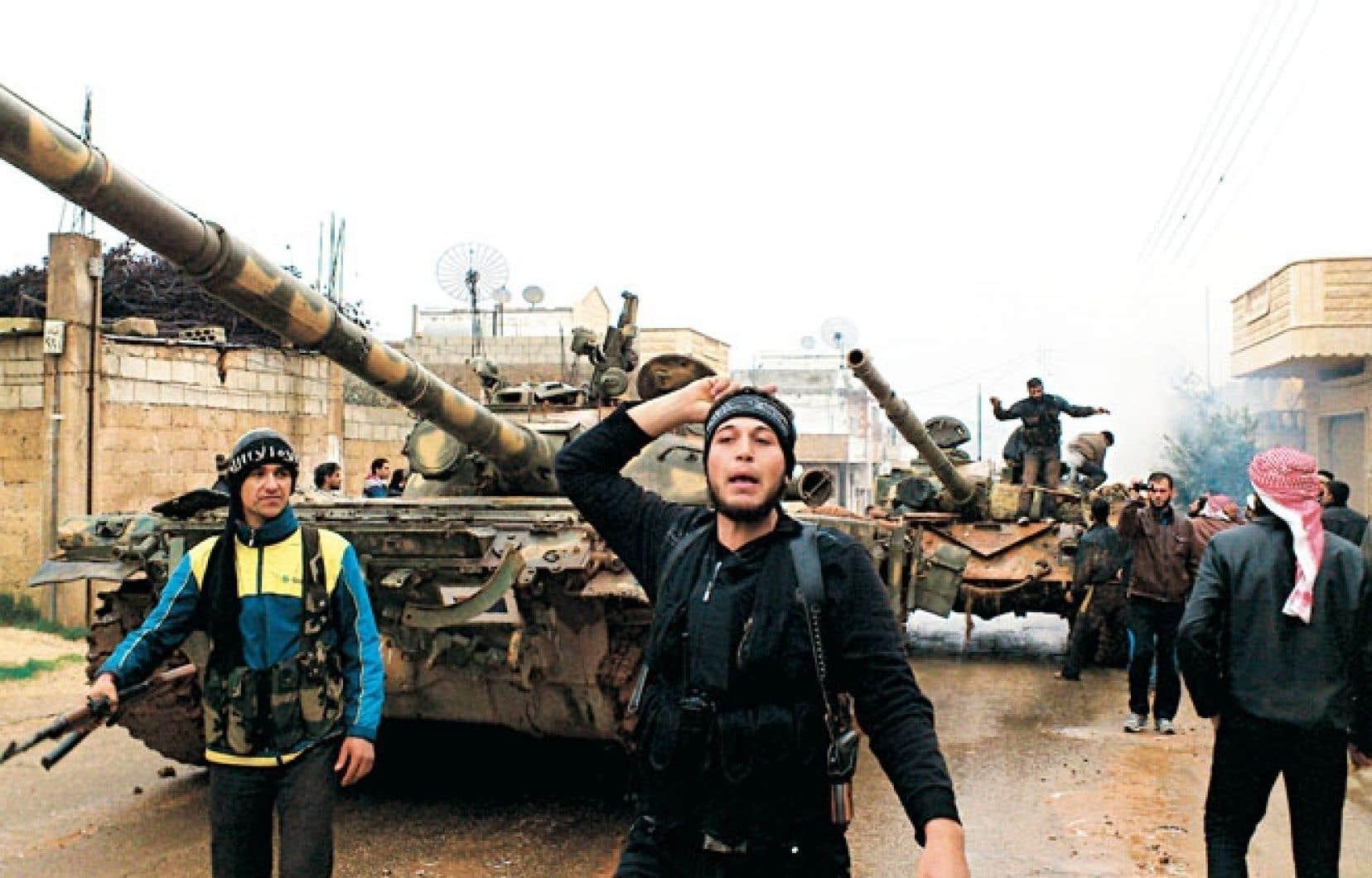 Des rebelles célébraient mardi la prise par l'opposition d'un poste de contrôle à Halfaya, dans la province de Hama.