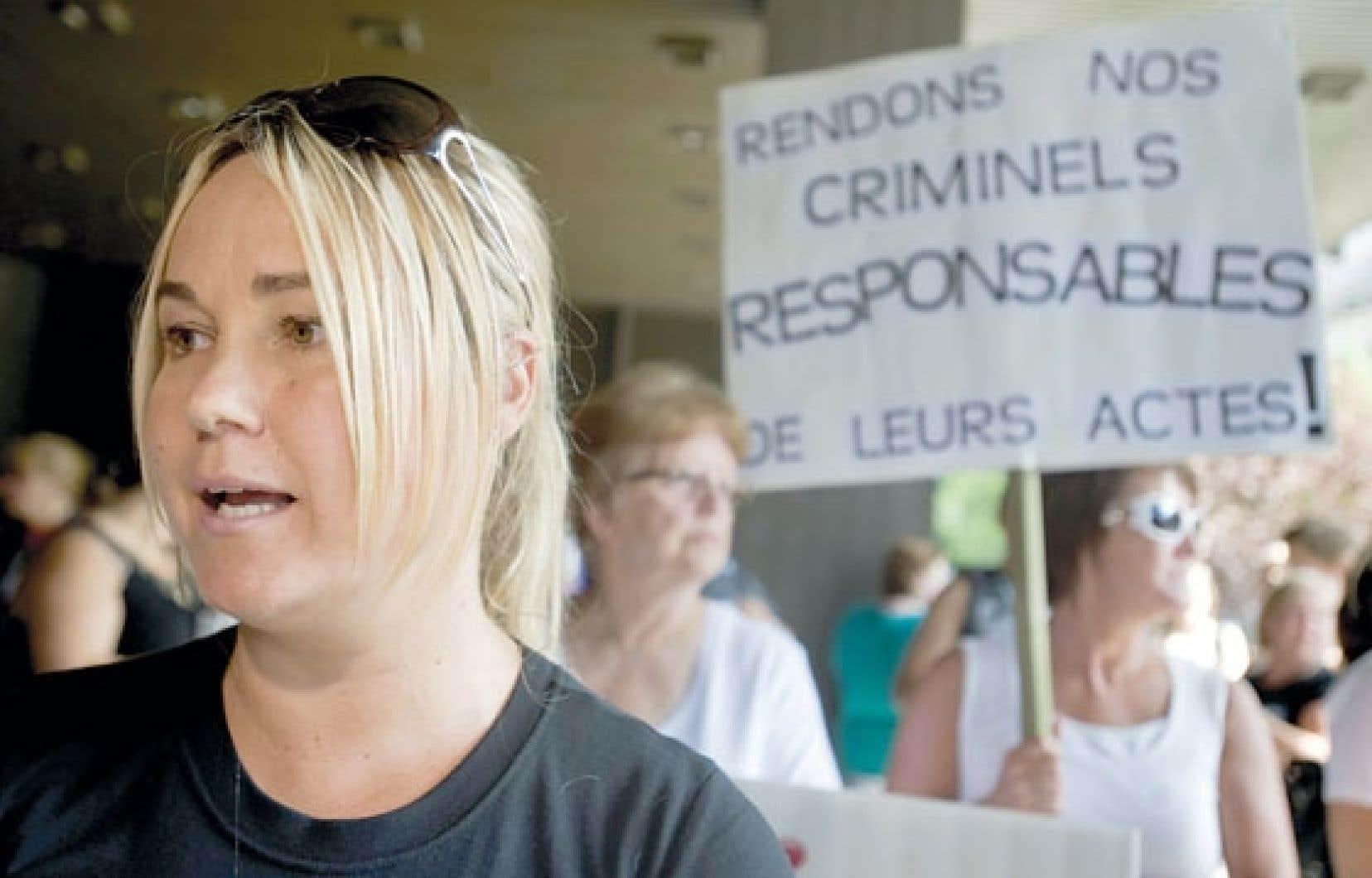 Isabelle Gaston est la mère des deux enfants tués par l'ex-cardiologue Guy Turcotte. Elle est ici photographiée lors d'une manifestation tenue le 6 août 2011 pour protester contre le verdict déclarant le meurtrier non criminellement responsable de son geste.
