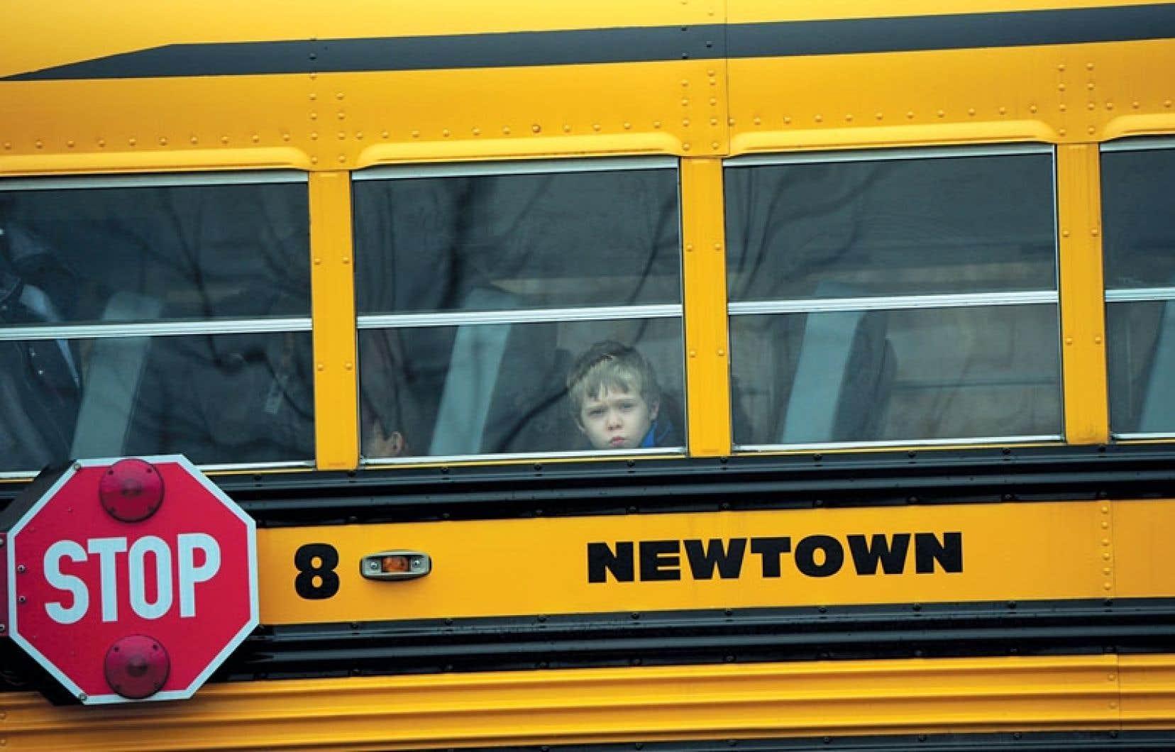 Les écoles ont ouvert mardi à Newtown, pour la première fois depuis le drame qui a coûté la vie à 20 écoliers vendredi dernier. L'école Sandy Hook, théâtre de la tuerie, ne devrait toutefois pas rouvrir ses portes.