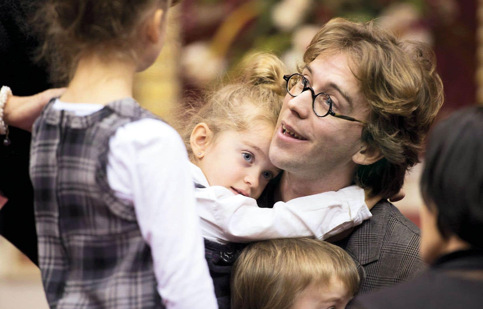 Le conteur Fred Pellerin est félicité par ses enfants après avoir reçu l'Ordre national du Québec des mains de la première ministre Pauline Marois.
