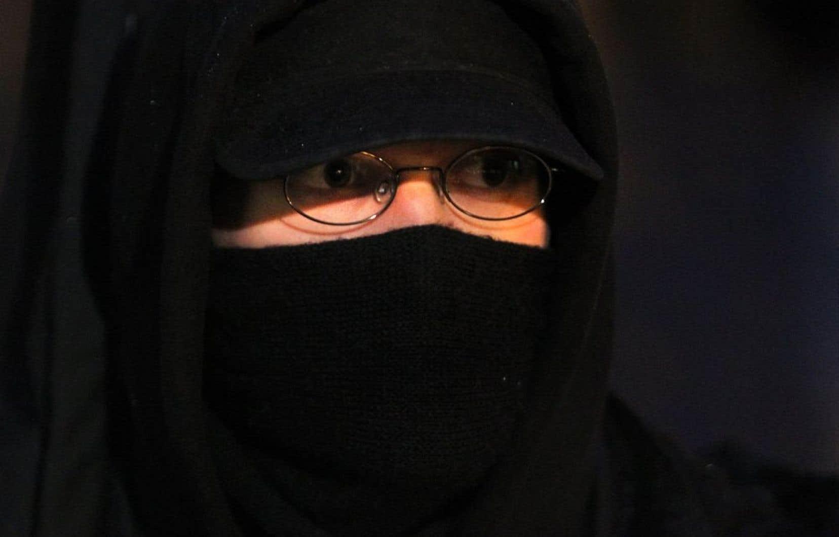 Une femme pourra conserver son niqab mais seulement dans certaines situations. (Photo d'archives)<br />