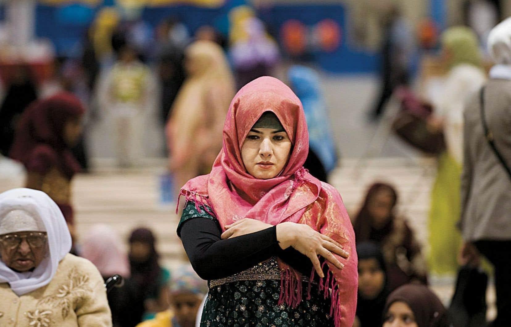 Les dispositions particulières aux services éducatifs prévoient que «le port de signes ou tenues par lesquels les élèves manifestent ostensiblement une appartenance religieuse est interdit».